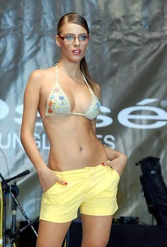 Gözlüklü escort seksi Bengü